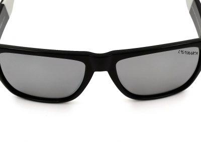 gafas negras con logo en cristal